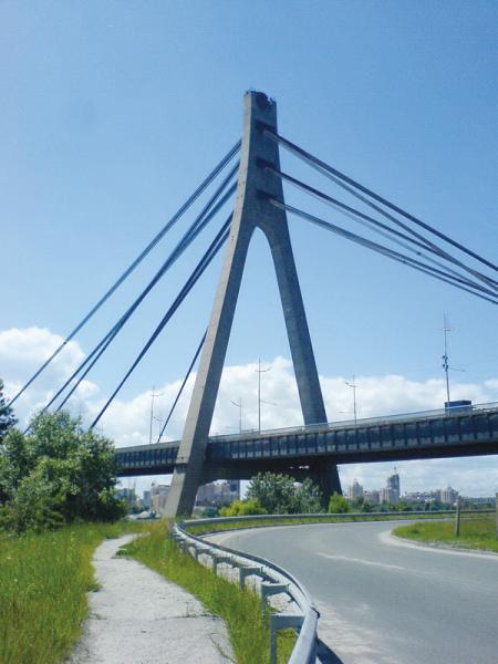 3 декабря 1976 года открылся Московский мост, который стал самой северной столичной переправой, соединив правый берег с будущей левобережной Троещиной