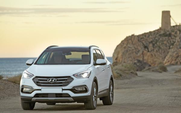 Широкая решетка радиатора Hyundai Santa Fe сочетается со стреловидными фарами