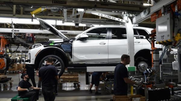 Новый BMW X7 засняли на конвейере