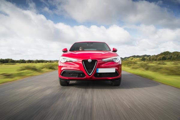 Передняя часть Alfa Romeo Stelvio не обошлась без фирменного «клюва»