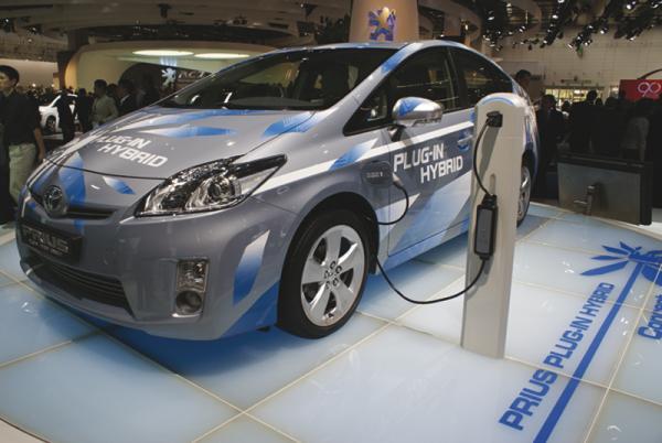 Toyota начнет продажу  автомобилей, которые можно заряжать от розетки