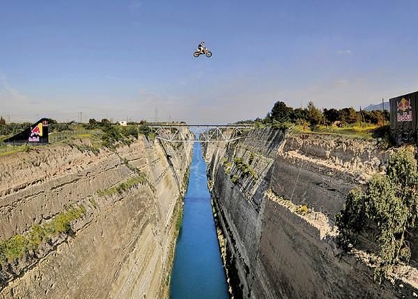 Мотоцикл пролетает 85 м на высоте 95 м