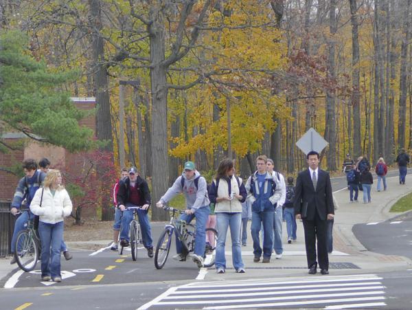 Пешеходы переходят дорогу на красный свет повинуясь стадному инстинкту