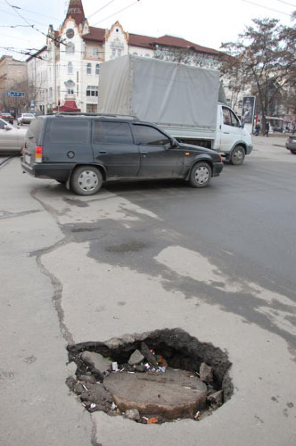 Киев намерен избавиться от металлических люков на дорогах