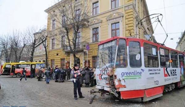 Во Львове произошло столкновение трамвая и автобуса